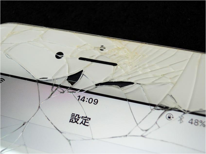 受話スピーカー・インカメラ周辺の破損が大きい