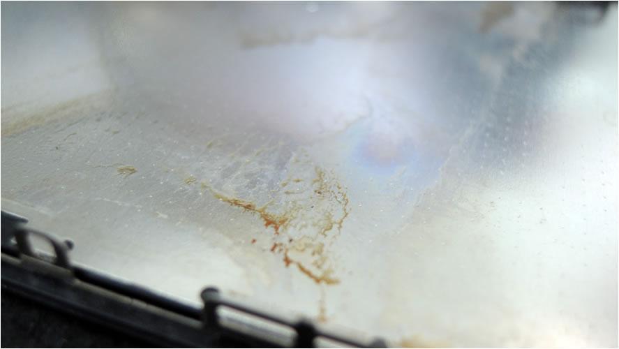 水か油のような何かが混入したと思われる汚れが
