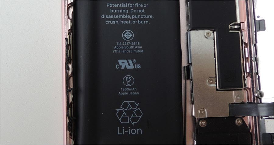 左端が変形して盛り上がったバッテリー